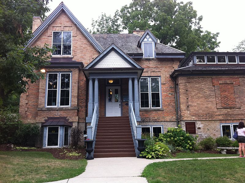 A photo of the front entrance to the Homer Watson House & Gallery in Kitchener, Ontario. Photo is listed under Creative Commons, by photographer Matt Deres.